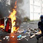 """Macron decretează """"stare de urgenţă economică şi socială"""" după protestele violente"""